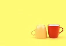 Ελάχιστο κόκκινο και κίτρινο γυαλί σχεδίου στο κίτρινο υπόβαθρο Στοκ φωτογραφίες με δικαίωμα ελεύθερης χρήσης