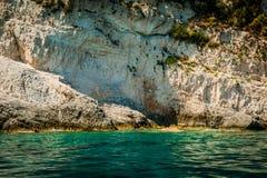 Ελλάδα, Ζάκυνθος, τον Αύγουστο του 2016 Βράχοι, σπηλιές και μπλε νερό Στοκ Φωτογραφίες