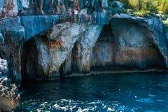 Ελλάδα, Ζάκυνθος, τον Αύγουστο του 2016 Βράχοι, σπηλιές και μπλε νερό Στοκ φωτογραφία με δικαίωμα ελεύθερης χρήσης