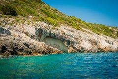 Ελλάδα, Ζάκυνθος, τον Αύγουστο του 2016 Βράχοι, σπηλιές και μπλε νερό Στοκ φωτογραφίες με δικαίωμα ελεύθερης χρήσης