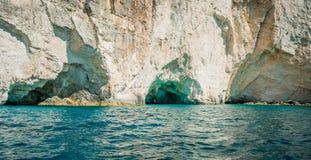 Ελλάδα, Ζάκυνθος, τον Αύγουστο του 2016 Βράχοι, σπηλιές και μπλε νερό Στοκ Εικόνες