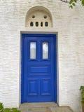 Ελλάδα, μπλε πόρτα με την τοπική μαρμάρινη βαθύς-ανακούφιση τεχνικής Στοκ φωτογραφία με δικαίωμα ελεύθερης χρήσης