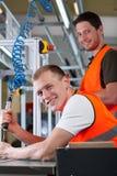 Ελέγχοντας διαδικασία συνελεύσεων ατόμων στο εργοστάσιο στοκ εικόνα με δικαίωμα ελεύθερης χρήσης