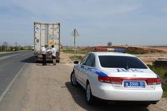 Ελέγχοντας τα έγγραφα στο δρόμο ο οδηγός ενός βαριού φορτηγού Στοκ εικόνα με δικαίωμα ελεύθερης χρήσης