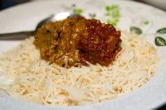 Ελαιούχο κρεμώδες ρύζι σε ένα πιάτο με το κάρρυ βόειου κρέατος Στοκ Φωτογραφία