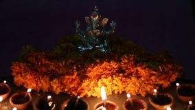 Ελαιολυχνία που φωτίζεται μπροστά από το ganesha Λόρδου απόθεμα βίντεο