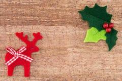 Ελαιόπρινος Χριστουγέννων με τα κόκκινους μούρα και τον τάρανδο Στοκ φωτογραφία με δικαίωμα ελεύθερης χρήσης