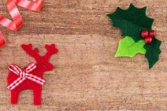 Ελαιόπρινος Χριστουγέννων με τα κόκκινους μούρα και τον τάρανδο Στοκ εικόνα με δικαίωμα ελεύθερης χρήσης