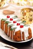 Ελαιόπρινος Χριστουγέννων fruitcake στον πίνακα Στοκ φωτογραφία με δικαίωμα ελεύθερης χρήσης