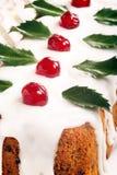 Ελαιόπρινος Χριστουγέννων fruitcake στον πίνακα Στοκ Εικόνες