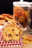 Ελαιόπρινος Χριστουγέννων fruitcake στον πίνακα Στοκ φωτογραφίες με δικαίωμα ελεύθερης χρήσης