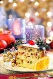 Ελαιόπρινος Χριστουγέννων fruitcake στο διακοσμημένο πίνακα Στοκ εικόνα με δικαίωμα ελεύθερης χρήσης