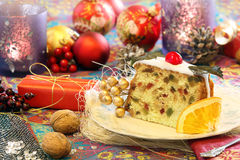 Ελαιόπρινος Χριστουγέννων fruitcake στο διακοσμημένο πίνακα Στοκ Εικόνα