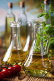 Ελαιόλαδα στα μπουκάλια, μεσογειακό αγροτικό θέμα Στοκ φωτογραφία με δικαίωμα ελεύθερης χρήσης
