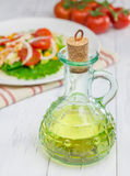 Ελαιόλαδο στο βάζο γυαλιού με τη σαλάτα και τις ντομάτες Στοκ εικόνα με δικαίωμα ελεύθερης χρήσης