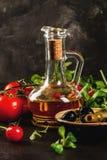 Ελαιόλαδο, φύλλα μαρουλιού, ντομάτες Στοκ Εικόνες