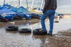 Ελαστικά αυτοκινήτου χρησιμοποιούμενα όπως να περπατήσει πέτρες Στοκ εικόνα με δικαίωμα ελεύθερης χρήσης