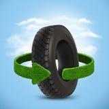 Ελαστικό αυτοκινήτου αυτοκινήτων Έννοια με τα πράσινα βέλη από τη χλόη Έννοια ανακύκλωσης Στοκ Εικόνα