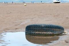 Ελαστικό αυτοκινήτου στην παραλία Στοκ φωτογραφία με δικαίωμα ελεύθερης χρήσης