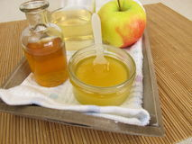 Εδαφοβελτιωτικό τρίχας με το ξίδι και το μέλι μηλίτη μήλων Στοκ Φωτογραφία