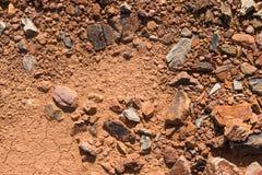 Εδαφολογική σύσταση, καφετιά σύσταση επίγειου χώματος που αναμιγνύεται με τους μικρούς βράχους Στοκ Εικόνα