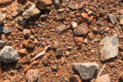 Εδαφολογική σύσταση, καφετιά σύσταση επίγειου χώματος που αναμιγνύεται με τους μικρούς βράχους Στοκ Εικόνες