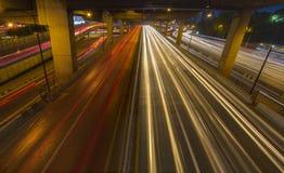 Ελαφριά ίχνη αυτοκινήτων κυκλοφορίας στην οδό, εθνική οδός, οδός ταχείας κυκλοφορίας, motorwa Στοκ φωτογραφίες με δικαίωμα ελεύθερης χρήσης