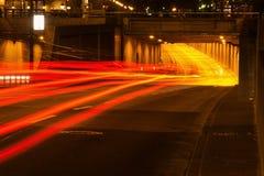 Ελαφριά ίχνη σε μια οδό πόλεων τη νύχτα Στοκ Φωτογραφία