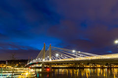 Ελαφριά ίχνη σε Tilikum που διασχίζει στην μπλε ώρα Στοκ εικόνα με δικαίωμα ελεύθερης χρήσης