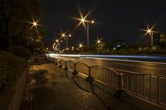 Ελαφριά ίχνη στο δρόμο πόλεων τη νύχτα Στοκ Εικόνες