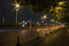 Ελαφριά ίχνη στο δρόμο πόλεων τη νύχτα Στοκ εικόνες με δικαίωμα ελεύθερης χρήσης