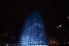 Ελαφριά εγκατάσταση μονόλιθων που τροφοδοτείται από τη Mercedes-Benz από Hyperbinary στην οδό του Παρισιού δίπλα στην παλαιά Time Στοκ Εικόνα