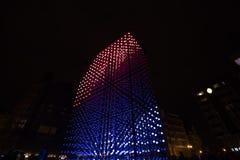 Ελαφριά εγκατάσταση μονόλιθων που τροφοδοτείται από τη Mercedes-Benz από Hyperbinary στην οδό του Παρισιού δίπλα στην παλαιά Time Στοκ Φωτογραφία