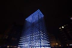Ελαφριά εγκατάσταση μονόλιθων που τροφοδοτείται από τη Mercedes-Benz από Hyperbinary στην οδό του Παρισιού δίπλα στην παλαιά Time Στοκ εικόνες με δικαίωμα ελεύθερης χρήσης