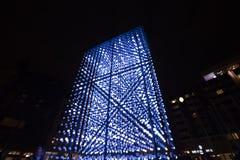 Ελαφριά εγκατάσταση μονόλιθων που τροφοδοτείται από τη Mercedes-Benz από Hyperbinary στην οδό του Παρισιού δίπλα στην παλαιά Time Στοκ Εικόνες