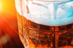 Ελαφριά κινηματογράφηση σε πρώτο πλάνο μπύρας στο μεγάλο γυαλί, οινόπνευμα Στοκ Εικόνα