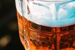 Ελαφριά κινηματογράφηση σε πρώτο πλάνο μπύρας στο μεγάλο γυαλί, οινόπνευμα Στοκ Φωτογραφίες