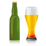 Ελαφριά μπουκάλι μπύρας και γυαλί Στοκ Εικόνες