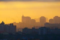 Ελαφριά οικοδόμηση ηλιοβασιλέματος ανατολής ουρανού Ημέρας της Κρίσεως ηλιοβασιλέματος ήλιων πόλεων σκιαγραφιών βιομηχανική Στοκ Εικόνες