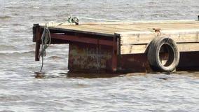 Ελαφριά ταλάντευση λιμενοβραχιόνων ποταμών στα κύματα απόθεμα βίντεο