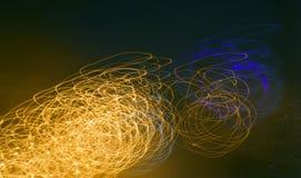Ελαφριές ακτίνες σε ένα σκοτεινό υπόβαθρο Στοκ φωτογραφία με δικαίωμα ελεύθερης χρήσης