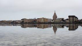 ελαφριές αντανακλάσεις θερινών πόλεων πέρα από το νερό Στοκ φωτογραφίες με δικαίωμα ελεύθερης χρήσης