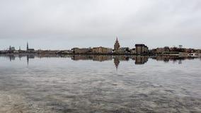 ελαφριές αντανακλάσεις θερινών πόλεων πέρα από το νερό Στοκ εικόνα με δικαίωμα ελεύθερης χρήσης