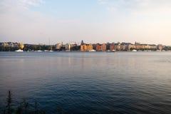 ελαφριές αντανακλάσεις θερινών πόλεων πέρα από το νερό Στοκ Εικόνες