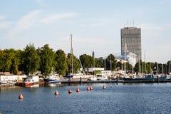 ελαφριές αντανακλάσεις θερινών πόλεων πέρα από το νερό Στοκ Εικόνα