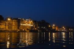 Ελαφριές αντανακλάσεις νύχτας στον ποταμό του Γάγκη στο Varanasi, Ινδία Στοκ φωτογραφία με δικαίωμα ελεύθερης χρήσης