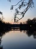 Ελαφριές αντανακλάσεις πόλεων θερινής νύχτας πέρα από το νερό Στοκ Εικόνες