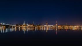 Ελαφριές αντανακλάσεις πόλεων θερινής νύχτας πέρα από το νερό Στοκ εικόνα με δικαίωμα ελεύθερης χρήσης