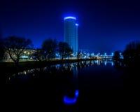 Ελαφριές αντανακλάσεις πόλεων θερινής νύχτας πέρα από το νερό Στοκ Εικόνα