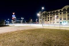 Ελαφριές αντανακλάσεις πόλεων θερινής νύχτας πέρα από το νερό Στοκ εικόνες με δικαίωμα ελεύθερης χρήσης